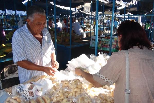 comerciante-de-biscoitos-no-mercado-municipal-de-januariamg-acervo-nuhicreiepha526D1EE6-B0F7-97D2-F955-9E9BA122D570.jpg