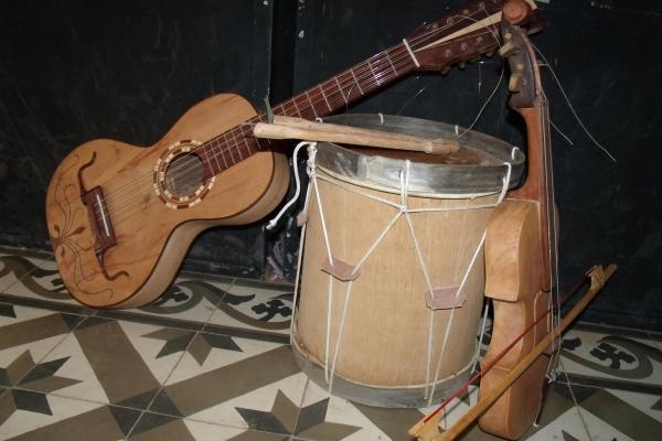 viola-caixa-e-rabeca-instrumentos-musicais-muito-presentes-nas-folias-de-sao-franciscomg-acervo-nuhicreiephaDBD35161-2EA8-2169-760B-949CC1C56DE6.jpg