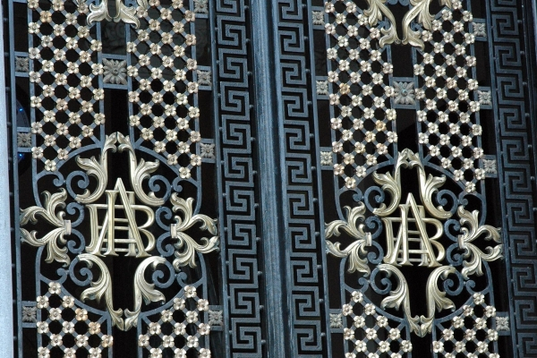 bemge-porta-de-ferro-trabalhada-em-guilhoche-com-apliques-em-latao-13D38F5752-818F-FB93-3F64-398045511E9A.jpg